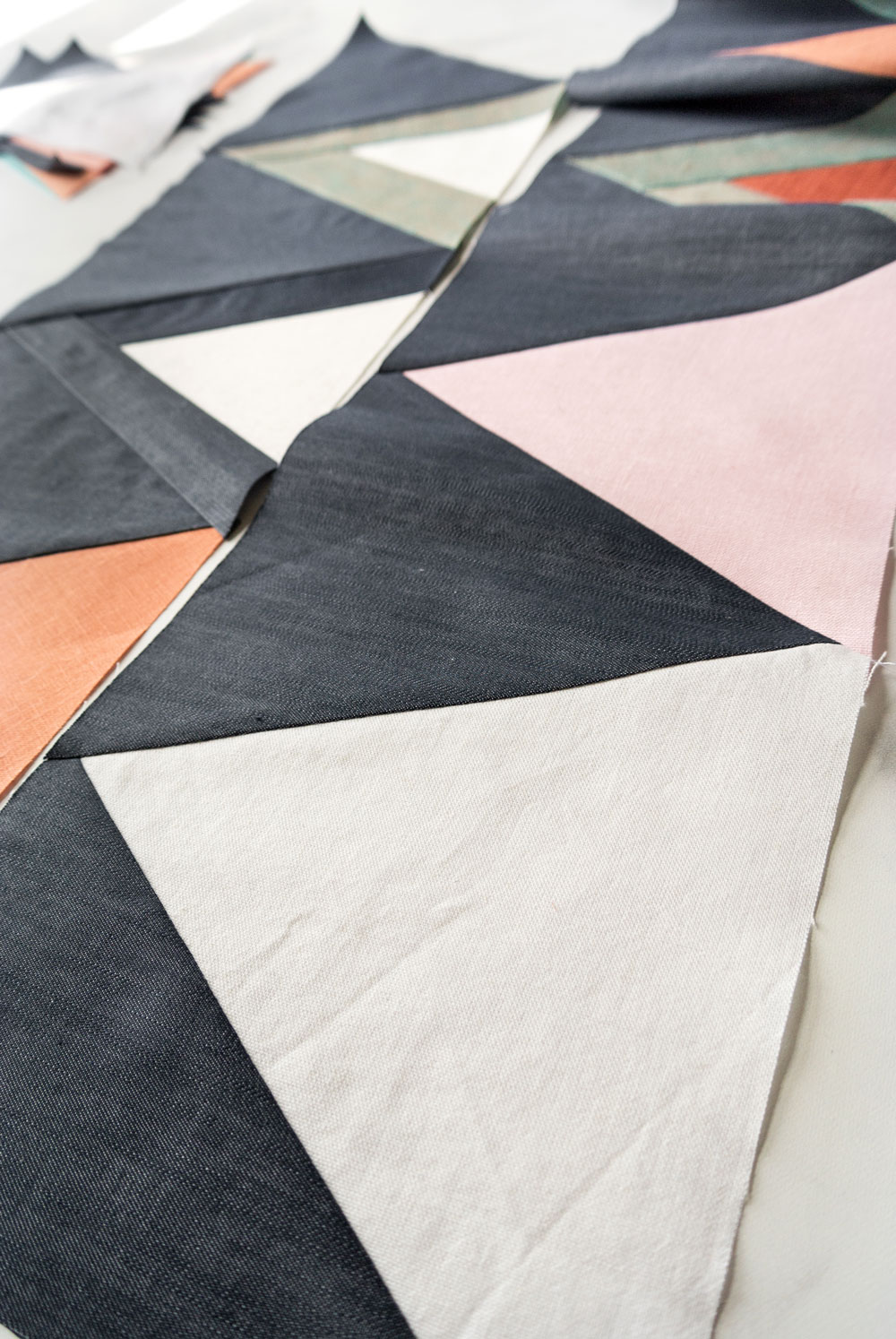 Join the Mod Mountains quilt pattern sew along! Learn new quilting skills and win weekly prizes as an online sewing community. Together we cover sewing with linen and different kinds of fabric, cutting with templates and sewing triangles.