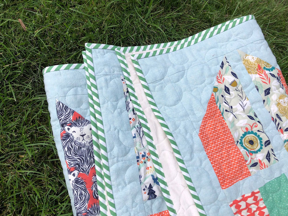 The Tail Feather quilt pattern is a bold, modern design that is fat quarter friendly. It comes in baby, throw, twin, and queen sizes. Beginner friendly!