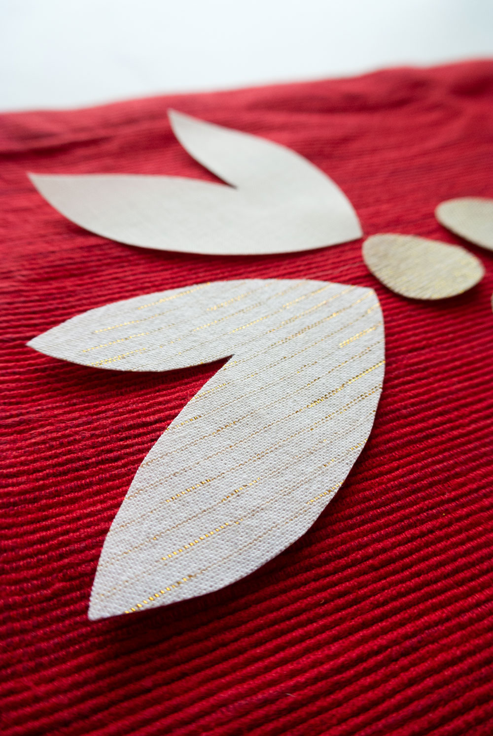 A FREE DIY Christmas placemats tutorial! This raw-edge applique sewing tutorial includes supplies, steps and a video tutorial PLUS free modern holiday applique templates! suzyquilts.com #ChristmasDIY #appliquetutorial