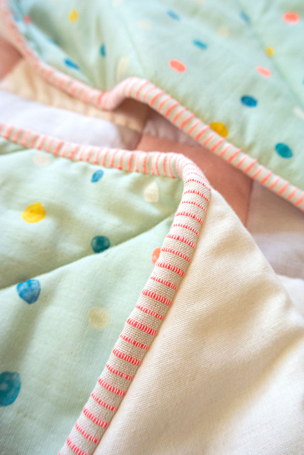 How to make the softest baby quilt in the world! The answer is to quilt with double gauze and wool batting – a sewing tutorial on how to do both! suzyquilts.com #babyquilt #doublegauze