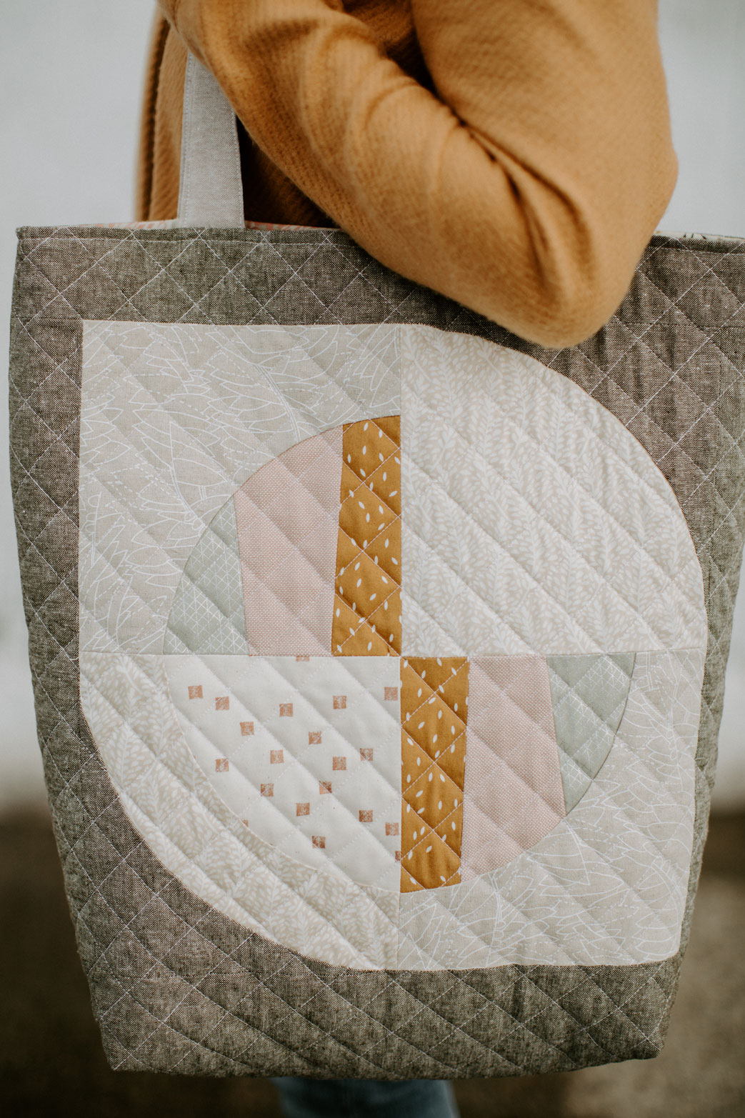 This FREE quilted tote bag tutorial shows step by step how to create a large tote bag using the Modern Fans quilt block pattern. suzyquilts.com #totebagtutorial