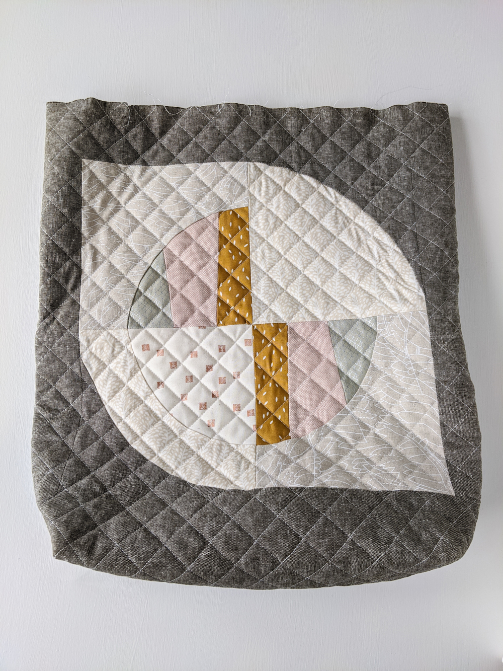 This FREE quilted tote bag tutorial shows step by step how to create a large tote bag using the Modern Fans quilt block pattern. suzyquilts.com #sewingtutorial