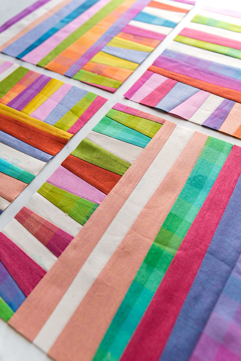 The Shine quilt sew along includes lots of added tips and videos to help you make this modern quilt pattern. This fat quarter quilt pattern is beginner friendly and focuses on improv sewing. suzyquilts.com #fatquarterquilt #improvquilting