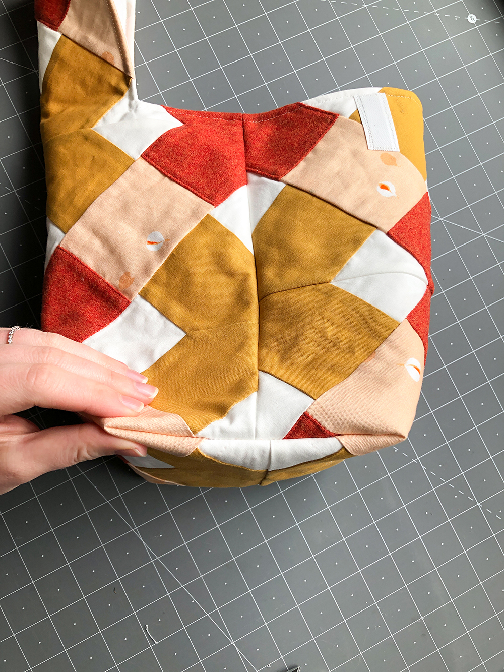 A step by step photo tutorial with all the information you need to make a quilted lunch bag with the Suzy Quilts Kris Kross pattern. Read about materials you'll need, how to use the Kris Kross pattern, and see every step for making your own quilted lunch bag. suzyquilts.com #quilting #sewingdiy