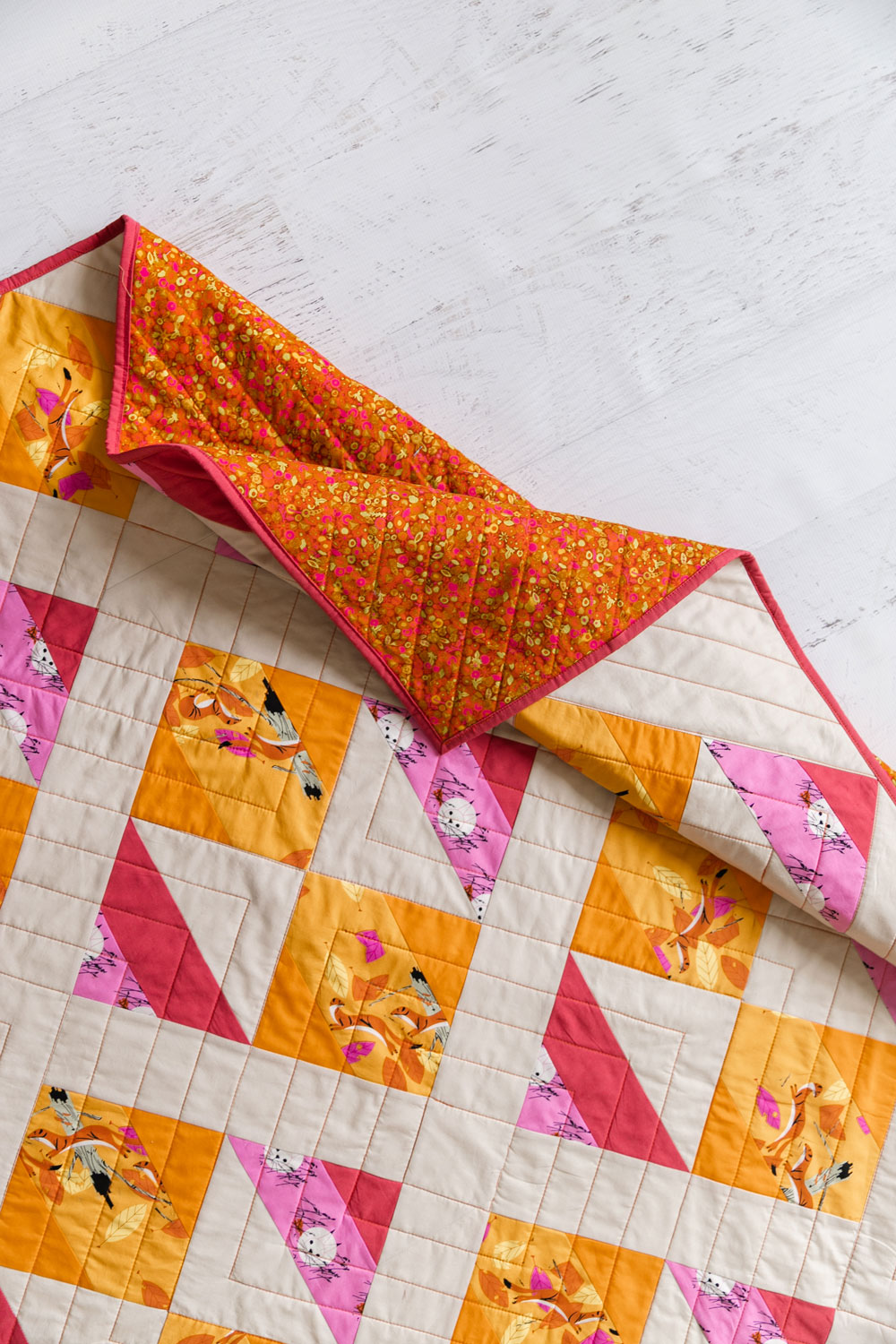 The New Horizons quilt pattern includes instructions for both fat quarters and limited-color yardage instructions. suzyquilts.com #modernquilt #quilt