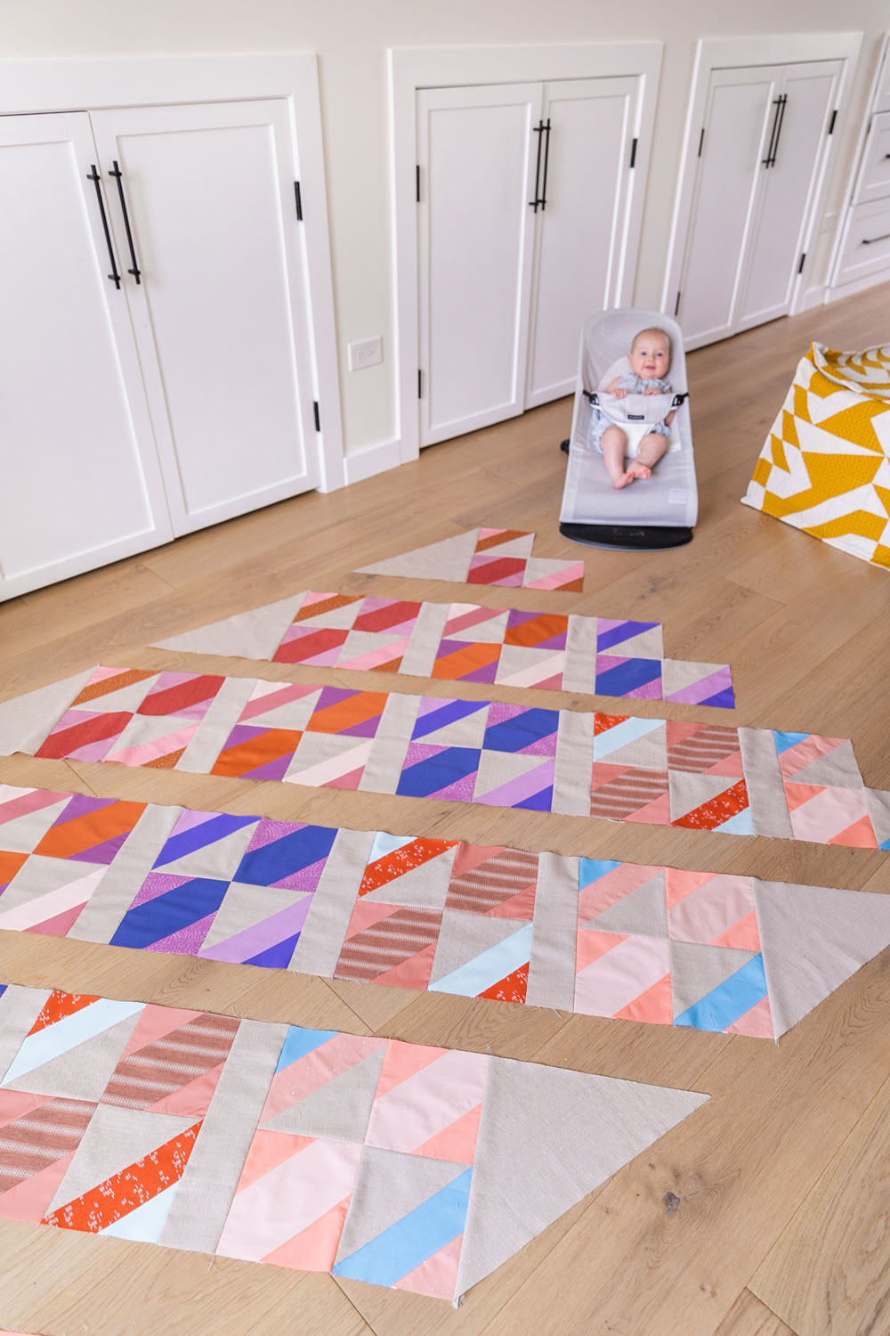 The New Horizons quilt along includes lots of extra instruction and tips in sewing this fat quarter friendly modern throw quilt. suzyquilts.com #quilt #modernquilt